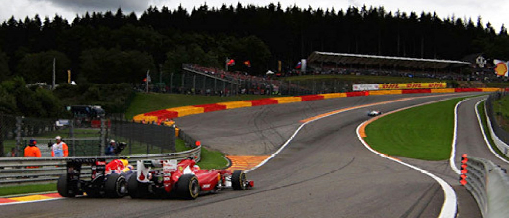 Webber_Alonso_EauRouge2011-1680x720